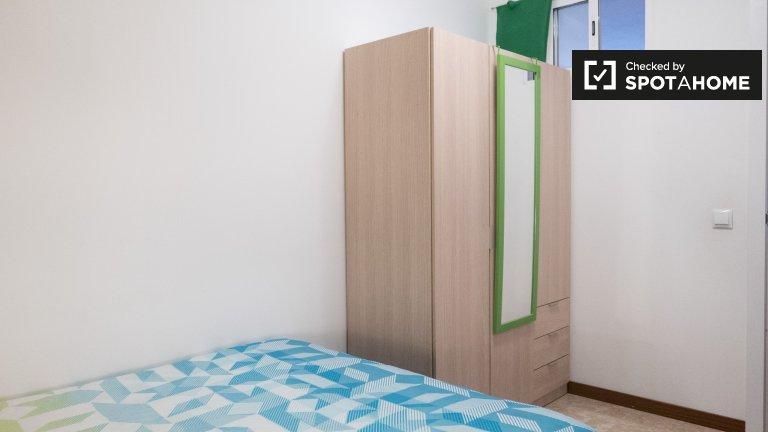 Alegre habitación en alquiler en apartamento de 5 dormitorios en Alcalá.