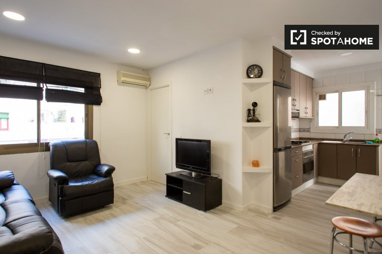 Room to rent in 3-bedroom apartment with AC in Poblenou