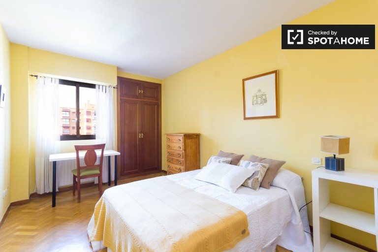 Double Bed in Rooms for rent in a 2-bedroom apartment with swimming pool in Castilla