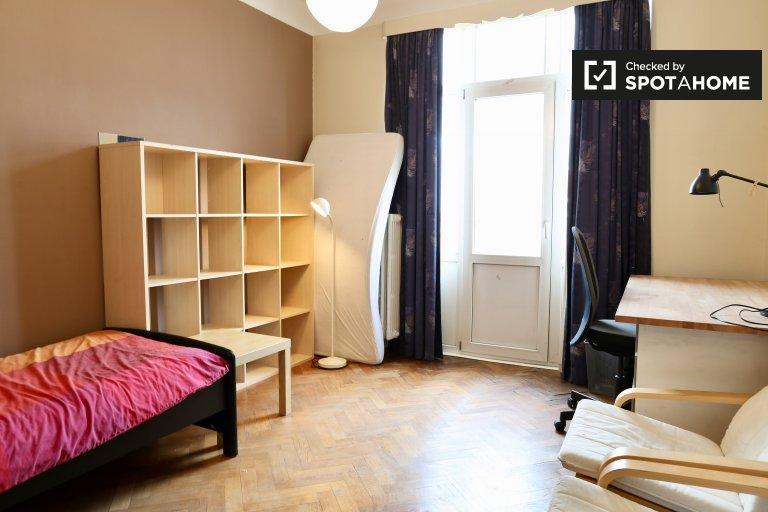 Komfortables Zimmer in 3-Zimmer-Wohnung in Forest, Brüssel
