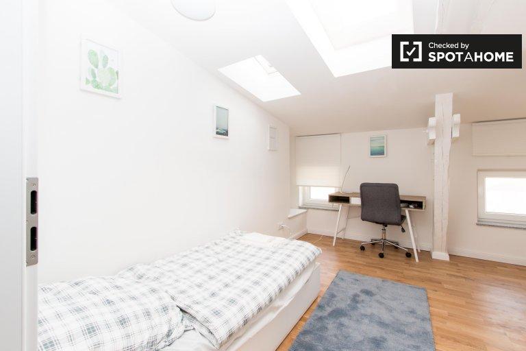 Ładny pokój do wynajęcia w mieszkaniu z 4 sypialniami w Spandau